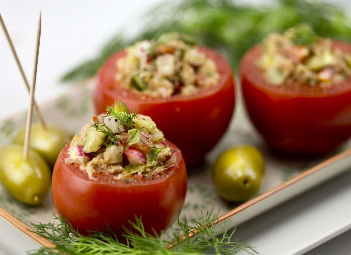 Ensalada de atún vegano con tomates
